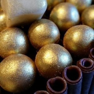 Chocolate cake with golden pearls (Copy)