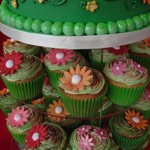Green daisy cupcakes