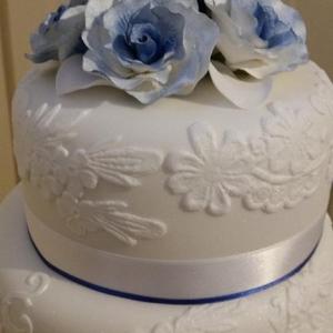 Blue roses and lace wedding cake