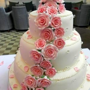 Pink roses and diamnods wedding cake