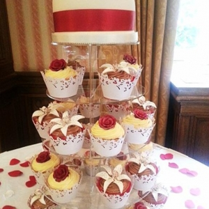 Red rose and lillies cupcakes