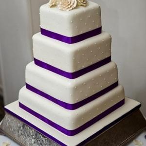 White and purple roses wedding cake